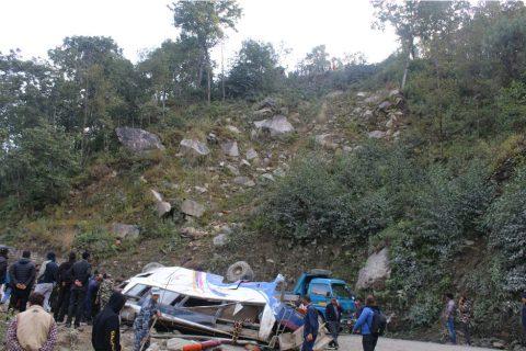 कालिन्चोकबाट फर्केको बस सिन्धुपाल्चोकमा दुर्घटनाग्रस्त, १५ को मृत्यु, १७ घाइते