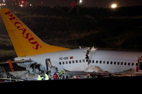 अवतरणका क्रममा टर्कीको इस्तानबुल एयरपोर्टमा यात्रुबाहक विमान ३ टुक्रा  (फोटोफिचर)