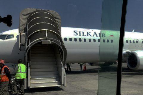 सिंगापुरबाट  काठमाडौं आएका ९८ यात्रुले गरे धावनमार्गमा विमानभित्रै नाराबाजी : ९८ यात्रुलाई मध्यरातमा सिधै क्वारेन्टाइन पठाईयो