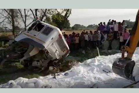 लकडाउनमा घर फर्केका २४ मजदुरको ट्रक दुर्घटनामा मृत्यु, १५ गम्भीर घाइते