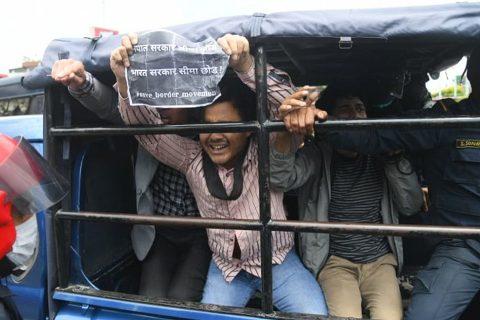 लकडाउनकै बीच भारतीय अतिक्रमण विरुद्ध काठमाडौंमा प्रदर्शन, ३३ पक्राउ