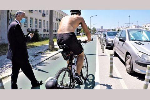 'मोबाइलमा भुलिँदै' राष्ट्रपति सडकतर्फ अघि बढ्दा साइकल यात्रीले गरे खबरदारी !