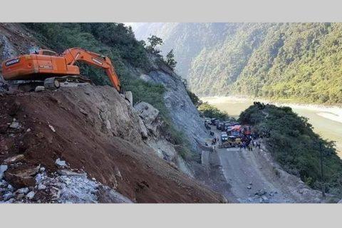 नारायणगढ–मुग्लिन सडकखण्डमा फेरि झर्यो पहिरो, सडक पूर्वरुपमा अवरुद्ध