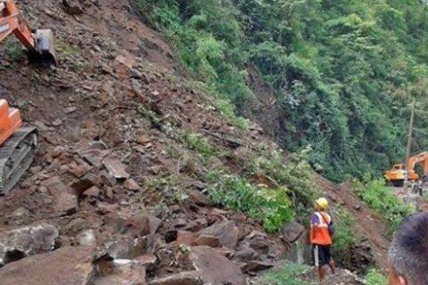 मुग्लिन–नारायणगढ सडकखण्डको चार किलोमा पहिरो, राजमार्ग पूर्णरुपमा  अवरुद्ध